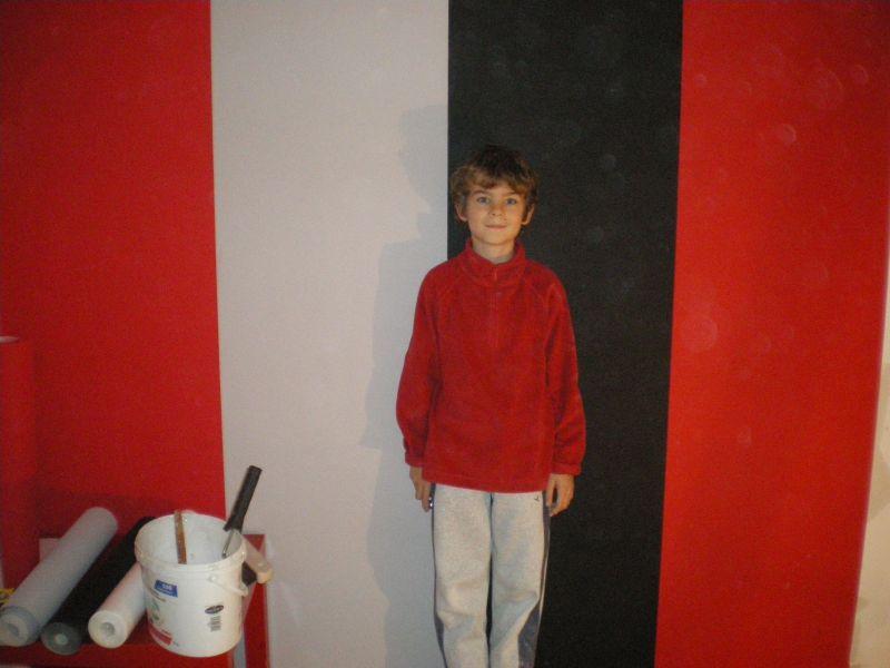 chambre mur rouge et noir 28 dcembre premire pose de tapisserie at notre - Chambre Blanc Gris Et Rouge